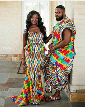 Tissu Kente porté par un couple marié traditionnellement (crédit : Google)