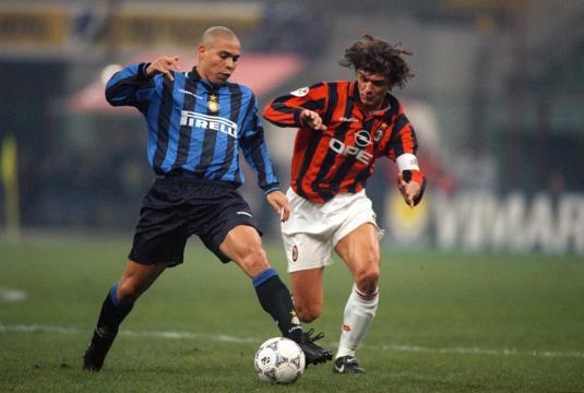 Ronaldo contrastato da Maldini, Milan-Inter 0-3 del 22 marzo 1998
