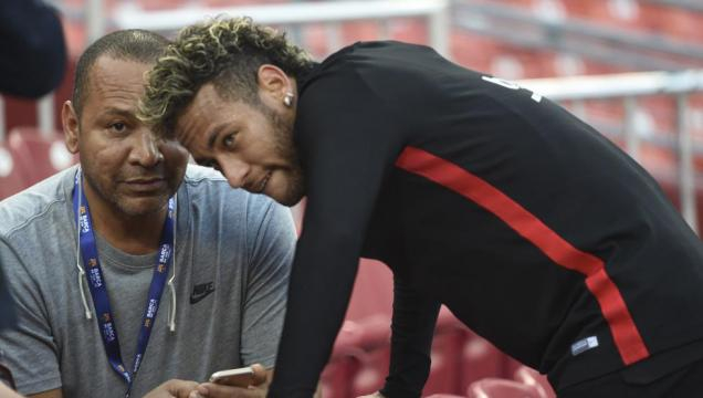 Neymar meets with his father after training session - soccerinfomania.com