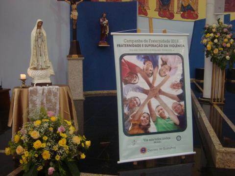 Cartaz da Campanha ao lado da imagem de N. Sra. de Fátima.