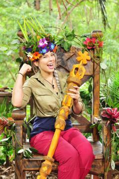 Dschungelkönigin Jenny die Erste auf ihrem wohlverdienten Dschungelthron - Foto: MG RTL D / Stefan Menne