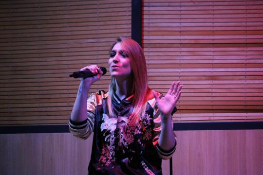 Alexa Lase durante la interpretación de uno de sus temas
