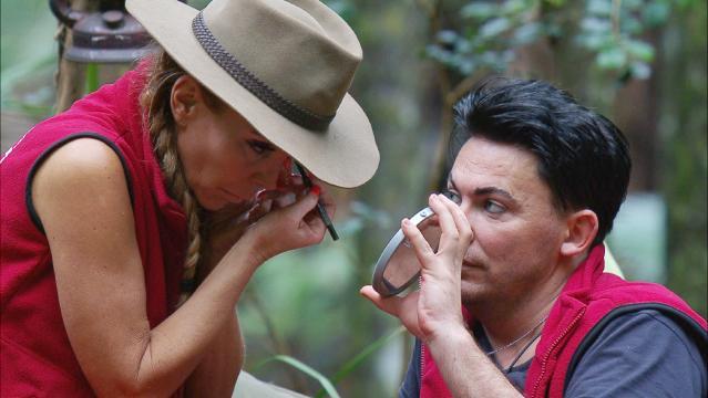 Dschungelcamp: Matthias Mangiapane und Tatjana Gsell unterstützten sich beim Make-up - Foto: MG RTL D