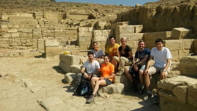 Estudiantes arqueólogos e historiadores ante su hallazgo en el yacimiento arqueológico de Los Bañales cumple un decenio de excavaciones