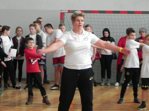 Anita Włodarczyk poprowadziła lekcję WF w szkole w Sadowiu (fot. Krzysztof Krzak)