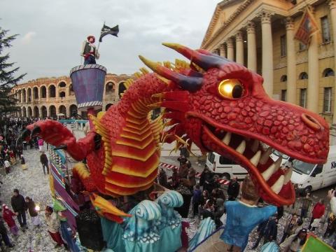 Carro che sfila in piazza Brà durante il Carnevale