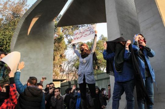 La réaction du régime des mollahs a été violente, avec 8 000 arrestations et au moins 12 personnes mortes sous la torture.