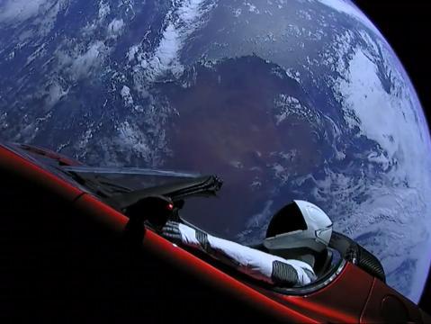 La roadster Tesla de Elon Musk en orbite autour de la Terre (via businessinsider.com