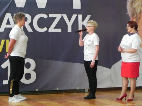 Mistrzynię witają panie: wójt gminy Sadowie i dyrektor szkoły (fot. Krzysztof Krzak)