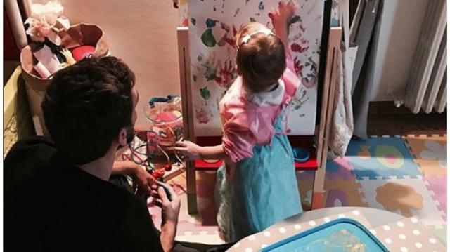 Davide Astori com a sua filha Vitória, de 2 anos