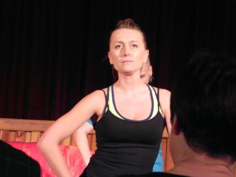 Anna Maria Guzik gra instruktorkę na warsztatach pochwowych (fot. Krzysztof Krzak)