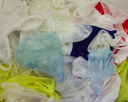 Thin plastic shopping bags (Image credit – Trosmisiek, Wikimedia Commons)