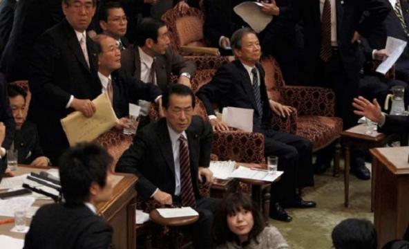 Tensión contenida en el Parlamento japonés, cuando se sentía fuerte el terremoto de 8'9 Richter que hacía temblar las paredes de la sala.