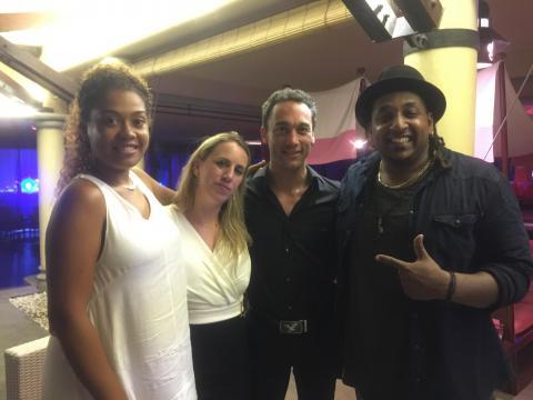 Jhonny Guégan, entourée de sa femme et du chanteur mauricien Jason Heerah et de Jenny Calou, la compagne de celle-ci. Photo prise à Maurice