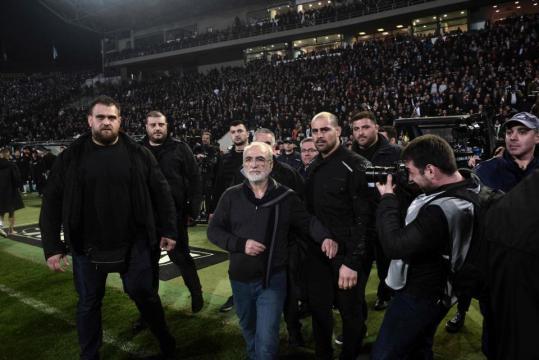 Le président de club de PAOK, Ivan Savvidis entouré de ses gardes du corps