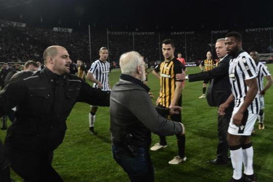 Vidéo. Grèce : Un président de club envahit le terrain avec une arme à feu