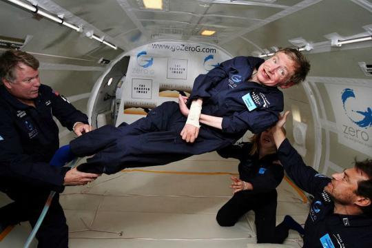 Stephen Hawking experimentando la gravedad cero en 2007