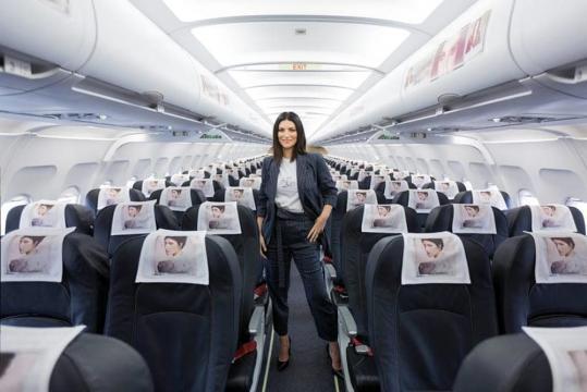 Pausini hostess per un giorno | il nuovo album presentato sul volo ... - zazoom.it