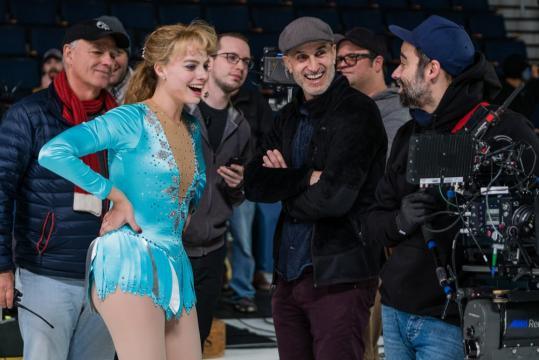 Tonya - il regista insieme agli attori in una pausa