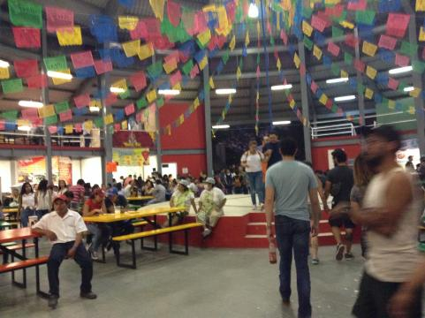 Amplios y diversos comedores, aparte de estacionamiento, acampado en el Takilhsukut.