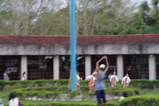 Muy cerca en las ruinas del Tajín descienden en su rito los voladores y cobran 20 pesos.