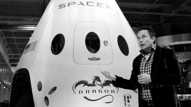 Musk, CEO da SpaceX, com a cápsula Dragon