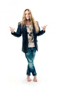 Chris Bay jest nie tylko wokalistą Freedom Call, ale także klawiszowcem i gitarzystą (mat. prasowe)