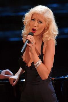 Christina Aguilera, ya como rubia platino, camino de su look mas pin-up (wikimedia commons)
