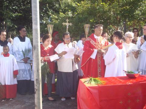 Juntamente com a comunidade, padre Marcos fala da Paixão e Morte de Jesus Cristo (Lourdes Oliveira)