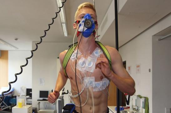 Erster Auftritt mit Maske: Timo Baumgartl am Montag beim ... - stuttgarter-nachrichten.de