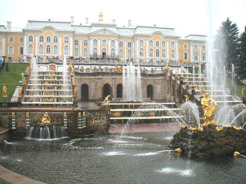 Peterhof fountains at St. Petersburg (Image credit – Sahmeditor, Wikimedia Commons)