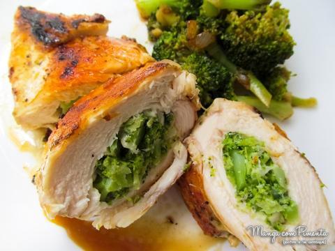Delicioso frango recheado com brócolos e queijo branco