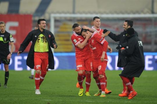 Nella foto, della Lega B, Samuel Di Carmine abbracciato dai compagni dopo il gol