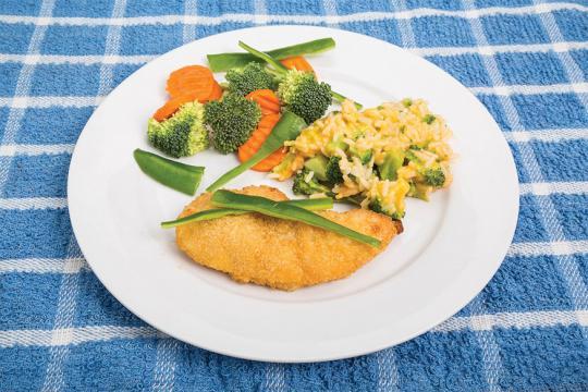 Recheado de frango acompanhado por arroz e legumes