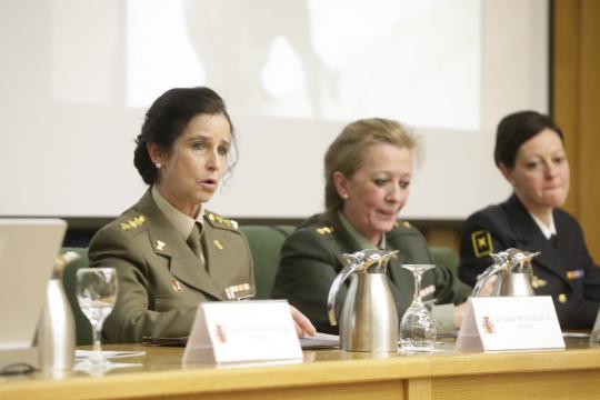 30 años de la mujer en las FAS. La soldado más antigua, coronel Ortega, se dirige a la audiencia