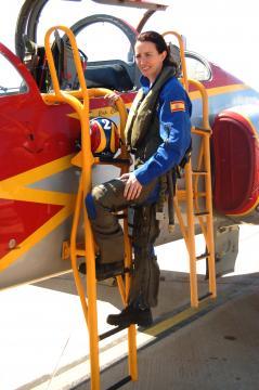 La capitán Garcia Malea primera mujer piloto de caza y actual integrante de la Patrulla Águila y profesora del AGA
