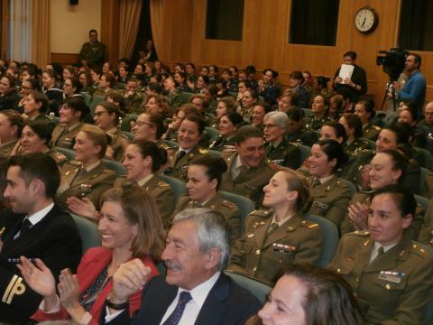 Sonrisas del público al relatar las ponentes sus anecdotas militares