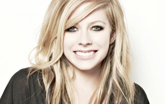 Avril Lavigne teve diversas fotos de lingerie vazadas