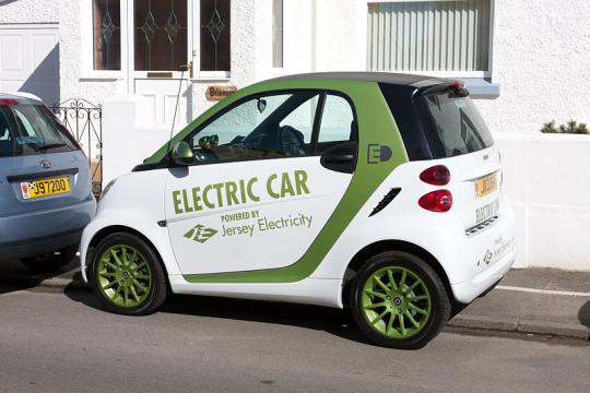 An electric Smart car with JEC markings, in Jersey, Channel Islands (Image credit – Danrok, Wikimedia Commons)