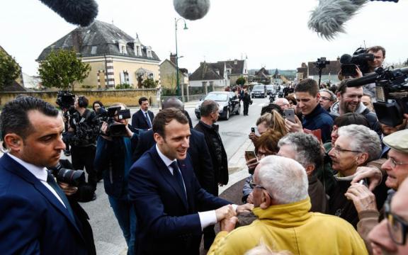 Depuis Berd'huis, Macron a joué l'apaisement - Le Parisien - leparisien.fr