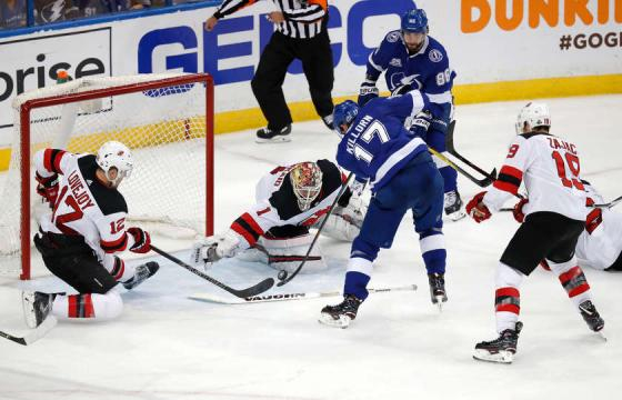 Killorn y Kucherov deshicieron a la defensa de New Jersey. NHL.com.