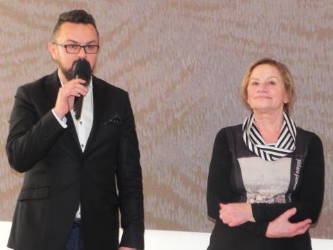 Kurator wystawy, Artur Bartkiewicz niezwykle ciekawie mowił o twórczości prof. Ewy Pełki (fot. Krzysztof Krzak)