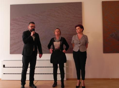 Wernisaż wystawy Ewy Pełki (w środku). Obok artystki: Jolanta Chwałek i Artur Bartkiewicz (fot. Krzysztof Krzak)