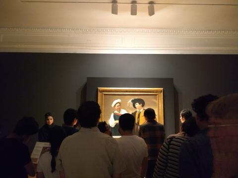 Retratando la Roma Renacentista, Caravaggio nos pone ante una gitana seduciendo a un fresín.