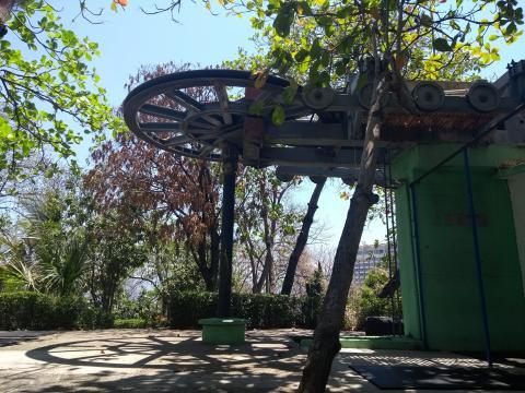 En el Parque del Papagayo el teleférico ha caído en el abandono durante décadas.
