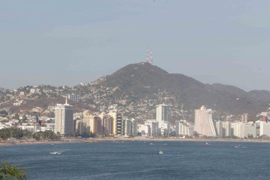 La bahía reluce con su Ski-line de hoteles y casa arrimándose a los cerros.
