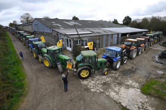 Notre-dame-des-Landes : les opposants investissent la ZAD en tracteur - parismatch.com
