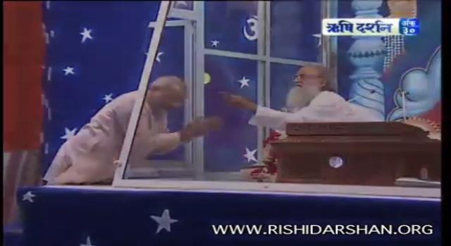 Modi seeking blessings of Asaram-Photo-( image credit -Rishidarshan/youtube.com)