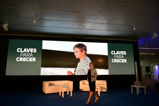Gloria Serra se encargó de presentar el foro