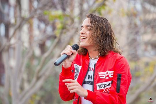 Marcoo cantando durante su actuación en Viveros